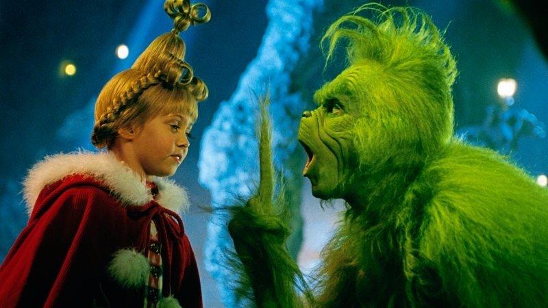 Die achtjährige Cindy Lou (Taylor Momsen) interessiert sich sehr für das merkwürdige Wesen namens Grinch (Jim Carrey) und seine Geschichte. Foto: ZDF/Ron Batzdorff